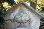 Hasefriedhof mit Rosenschale auf einer Grabstele